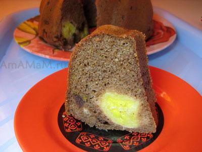 Вкусный кусочек вкусного кекса с бананами и финиками в шоколадном тесте