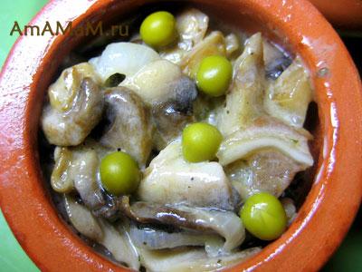 жульен из свиных ушей с грибами в кокотнице