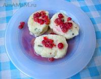 Ленивые вареники под соусом из красной смородины