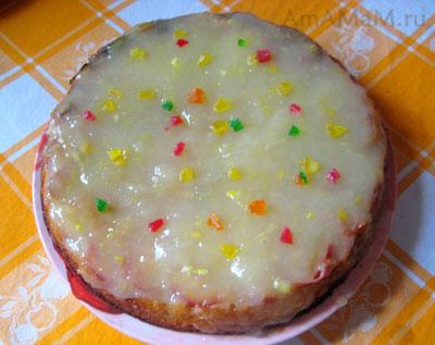 Яблочный пирог, смазанный заварным кремом, приготовленным из фруктового сока, сахара и крахмала
