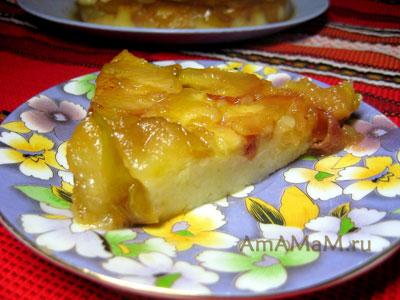Кусочек яблочного пирога, приготовленного на водяной бане