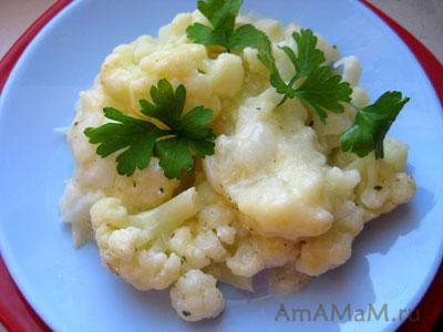 Вареная цветная капуста в сметане с сыром и луком
