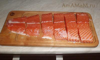 Вкусный, красивый лосось, разрезанный на порционные куски для запекания в духовке