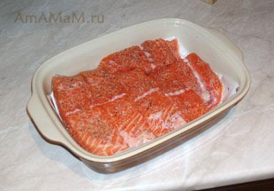 Филе лосося, приправленное перцем и солью перед запеканием в духовке