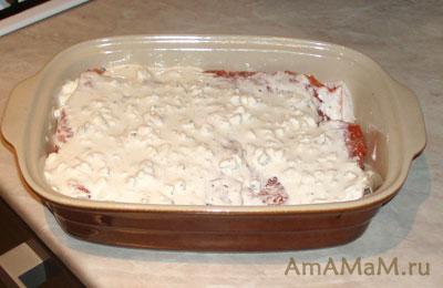Красная рыба (лосось) под соусом из сметаны и сыра с плесенью