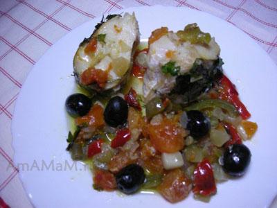 Готовая запеченная мерлуза со сладким перцем, маслинами, помидорами, кабачками цукини под соусом