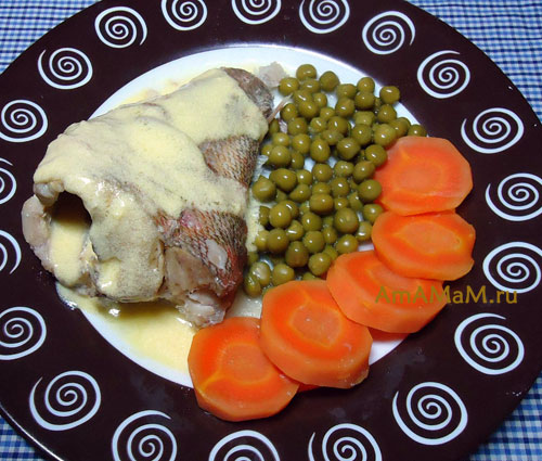 Что подать к вареной рыбе под соусом - горошек, вареная морковка к морскому окуню и голландскому соусу