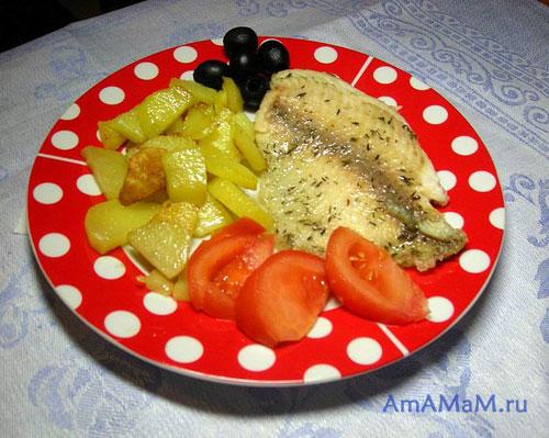 Очень вкусный ужин из жареной рыбы в крахмале, дареной картошки с помидорами и маслинами!