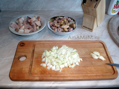 ПРиготовление паэльи с креветками, рыбой и мидиями: нарезаем ингредиенты