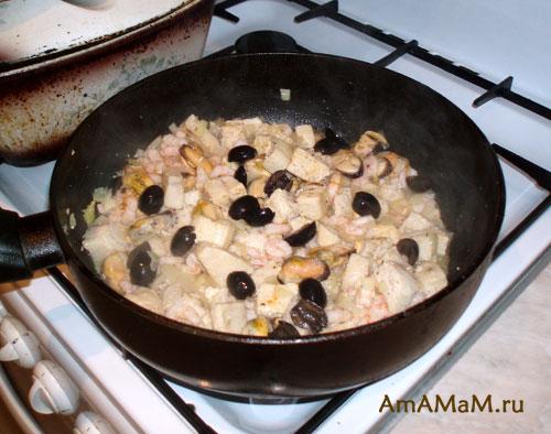 Приготовление паэльи с морепродуктами в сковороде
