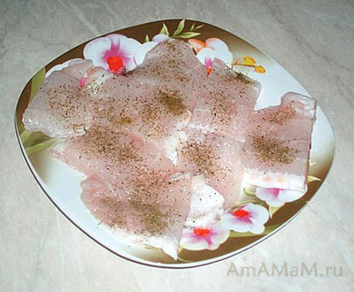 Филе пангасиуса разморозить, слить воду и приправить специями