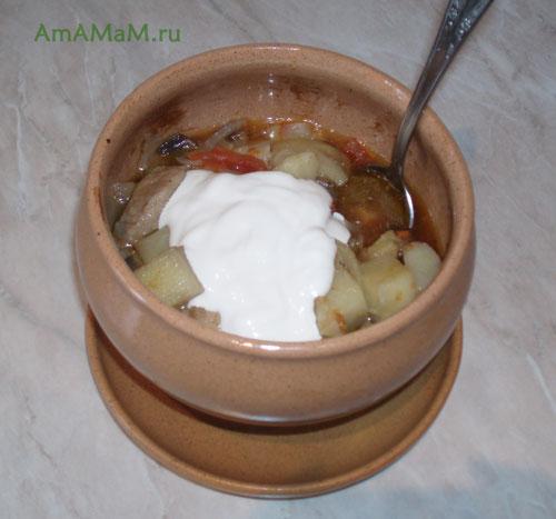 Как приготовить мясо в горшочках с картофелем, помидорами и баклажанами