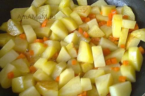 Подготовка ингредиентов жаркого перед запеканием в горшочках