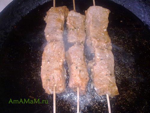 Как пожарить свинину на шампурах в сковороде