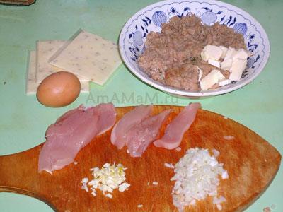 Поготовка продуктов для приготовления большик котлет с начикной из куриной грудки с зеленью в ломтике сыра