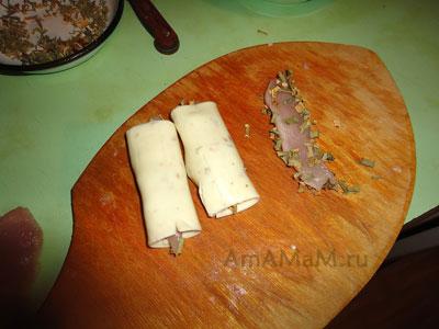 Ломтики куриной грудки обваливаем в зелени и заворачиваем в сырные ломтики - это начинка для больших вкусных жареных котлет