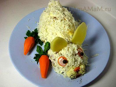 Кроличья тушка, приготовленная для нового года из мясного фарша, яиц и морковки