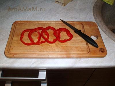 Нарезаем паприку для начинки больших котлет кольцами