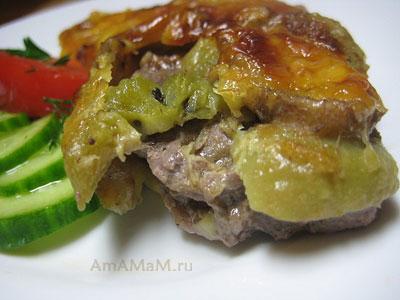 Свинина, приготовленная в духовке под сырной корочкой с бананом и киви. Так эе можно запечь и говядину