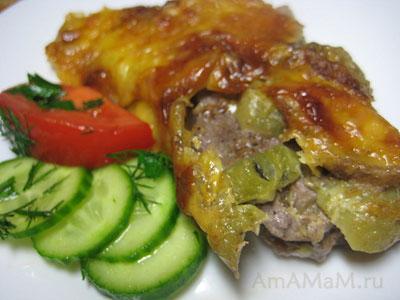 Кусок свинины, запеченной в духовке под фруктовым одеялом из киви и бананом, все посыпано сыром