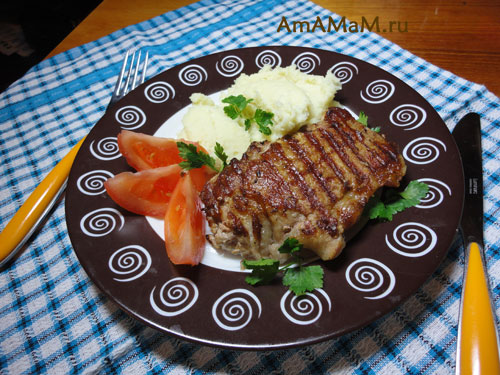 Свиные отбивные с картошкой и свежими помидорами - очень вкусная и простая еда!