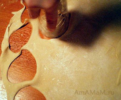 Тонко раскатываем тесто для пельменей и вырезаем кружочки