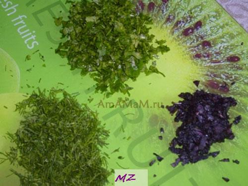 Подготовка зелени и чернослива для приготовления жареной говядины