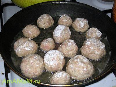 Обжариваем котлетки для изготовления снеговиков на сковороде, а потом тушим их, долив немного воды