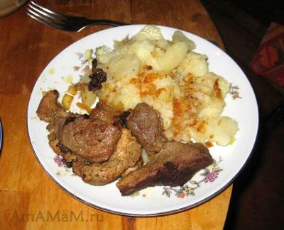 Тарелка очень вкусного свиного жаркого и картошки!