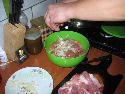 Маринования свинины для жаркого - выкладываем слои свинины и лука