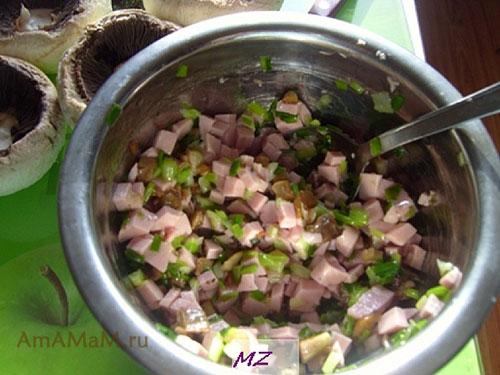 Начинка для фаршированных шампиньонов из колбасы, грибов и лука