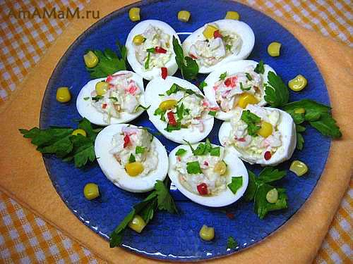 Приготовление фаршированных яиц с сырками и крабовыми палочками