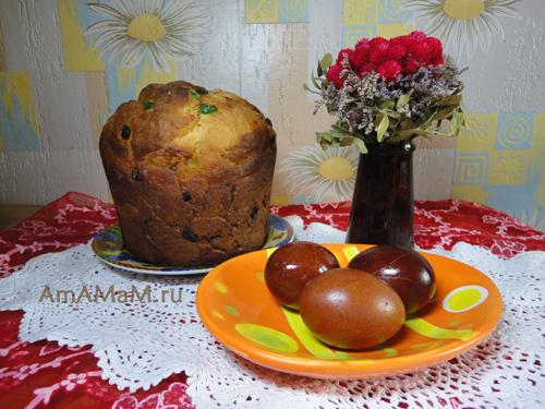 Пасхальный стол: кулич и яйца