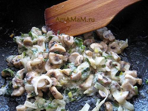 Приготовление начинки для пирожкой из грибов с зеленью