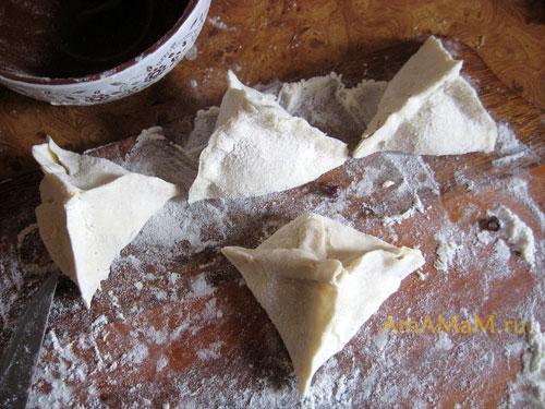 Приготовление слоеной выпечки в виде пирамидок с ягодами