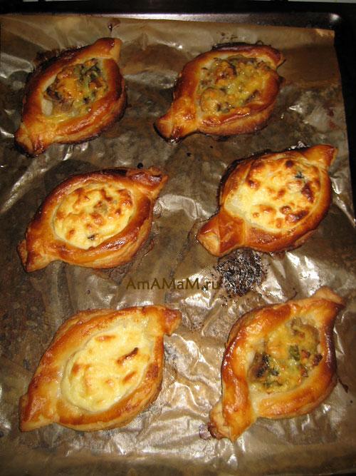 Готовые пирожки со слоеным тестом и грибами
