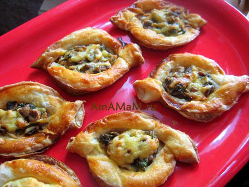 Изготовление слоеных пирожков с грибами