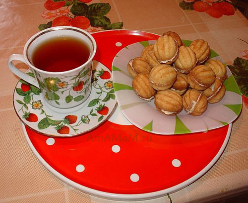 Вкусное домашне печенье Орешки с кремом, приготовленное в форме для выпечки на плите