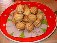 Готовое домашнее печенье в форме орешков, приготовленное в специальной форме - орешнице