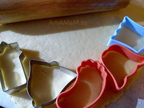Как вырезать формочками печенье
