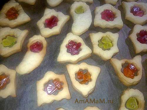 Красивое и вкусное печенье с леденцами на противне