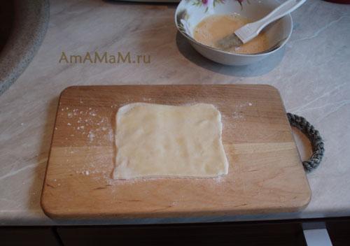 ПРиготовление слоеных трубочек с колбасой (салями)