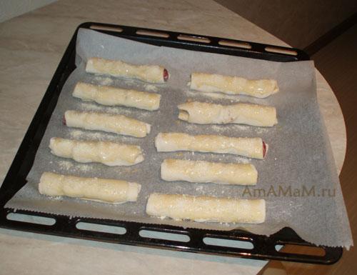 Соленая выпечка из слоеного теста с сырокопченой колбасой салями