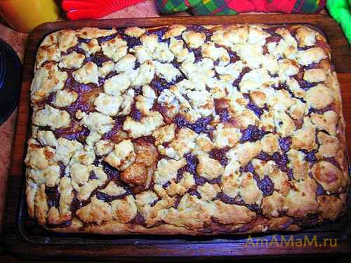 Готовый пирог с вареньем (яблочным джемом) остывает