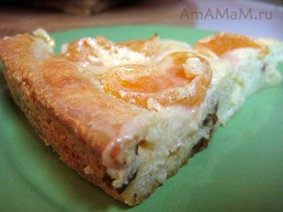 Кусочек очень вкусного творожного пирога с мандаринами, изюмом и сгущенкой