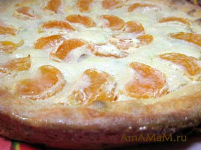 Готовый творожный пирог с мандаринами и изюмом