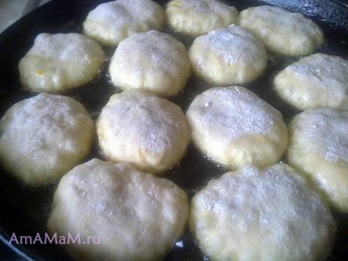 Вкусные пирожки с яблоками из теста на кефире жарятся на сковороде