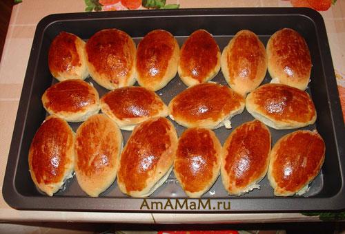 Очень вкусные печеные пирожки с начинкой из яйца, риса и лука