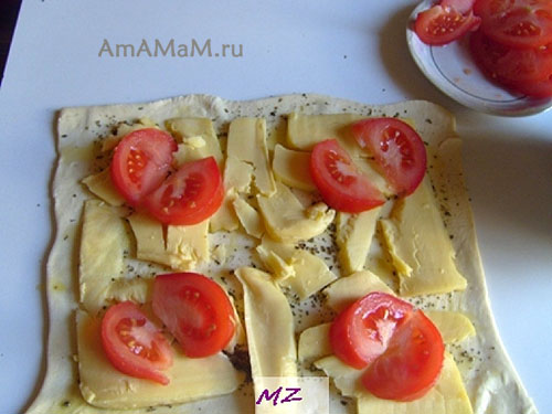 Выпечка слоек с сыром и помидорами