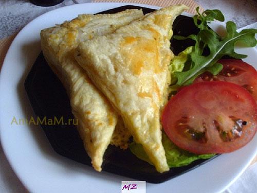 Готовые слоеные треугольники - пирожки с сыром и помидорами